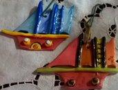 2 Barchette di ceramica con elementi rilevati manufatte e variamente colorate da appendere