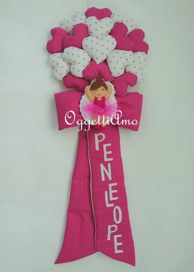 Un fiocco nascita fucsia personalizzato con una ballerina e una miriade di cuori per la piccola Penelope