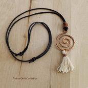 Collana spirale in rame martellato wire e nappa