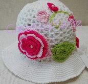 Romantico cappello neonata all'uncinetto