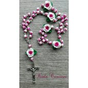 Rosario rosa perlato con foglie regalo di natale