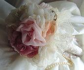 Bouquet di fiori in tessuto champagne  e rosa con perle e strass