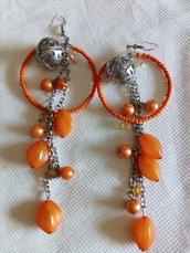 Orecchini cerchio e pendoli arancioni