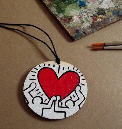 Ciondolo HARING. Ciondolo in legno dipinto a mano. Collana con ciondolo in legno. Street Ar. Idea Regalo.
