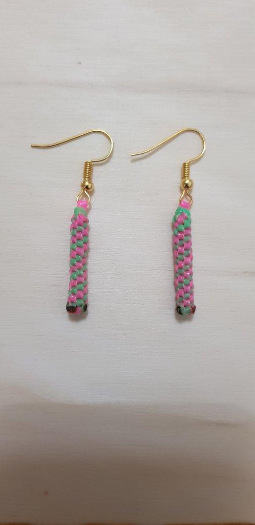 Orecchini pendenti scoubidou verde rosa