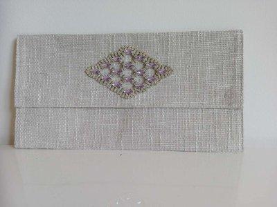 Elegante pochette in tessuto in color ghiaccio con applicazione in cristalli bianco e violetto