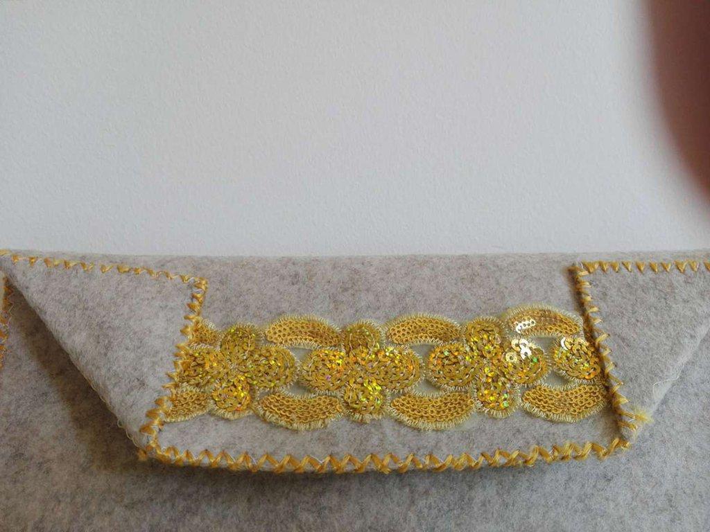 Pochette in feltro nocciola chiaro con applicazioni dorate
