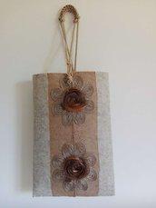 Borsetta in feltro nocciola chiaro con delicate applicazioni floreali in filigrana e tulle