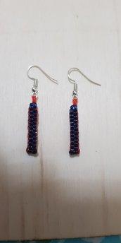 Orecchini pendenti con scoubidou rosso blu.