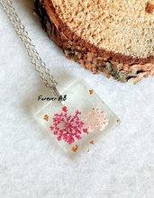 Collanina girocollo ciondolo in resina con fiori fucsia e rosa e foglia oro su sfondo trasparente