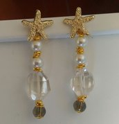 Orecchini pendenti montati su metallo color dorato perno a stella marina perle e cristallo bianco grande
