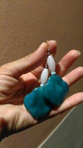 Orecchini peendenti con cristallo ghiaccio allungato piccolo cristallo celeste e ceramica petrolio