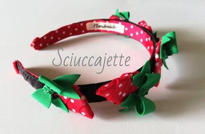 Cerchietto bambina con fragoline rosse e verdi su fondo nero