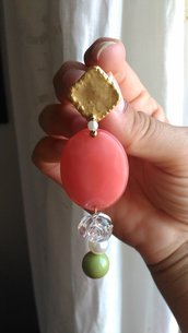 Orecchini con perno a lobo in metallo dorato etrusco modulo ovale in resina pesca e piccolo pendaglio con roselline e perle
