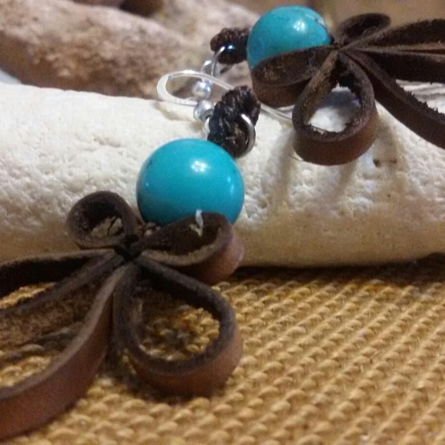 Orecchini in cuoio e pietre naturali con gancio in argento