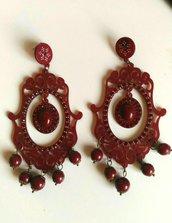 Orecchini pendenti mod. lampadario in resina bordeaux con piccoli strass e perline in tinta