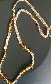 Collana lunga realizzata ad uncinetto con cordone in seta e perle ambrate di vetro