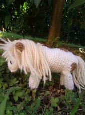 Pony lavorato a maglia in pura lana vergine imbottito con kapok.