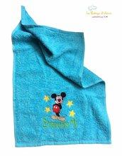 Asciugamano in spugna di cotone color azzurro, con ricamo di Topolino personalizzato con nome - Misure: 30 x 30 cm