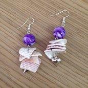 Orecchini pendenti con conchiglie lilla e perle viola fatti a mano