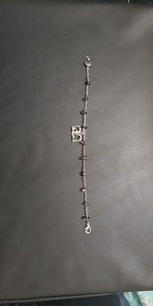 Braccialetto decina rosario realizzato a mano. Tormalina nera e ciondolo argento tibetano