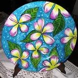 Piatto di ceramica con falda, decorato a mano con fiori stilizzati di 4 petali e foglie su fondo azzurro