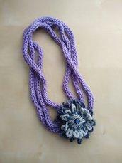 collana in maglia lana con grande fiore - collana girocollo lana - collana fatta a mano grigio viola blu, idea regalo
