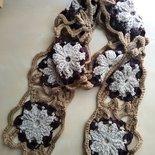 sciarpa lunga in lana a fatta a mano a uncinetto motivo piastrelle con grandi fiori colore marrone beige avorio tortora stile boho