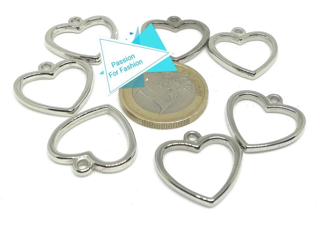 7 charms argentati a forma di cuore.