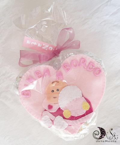 Torta di pannolini cuore per bimba con regalo bimba a bordo e banner name cameretta
