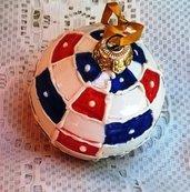 Sfera natalizia di ceramica per il vostro albero dipinta a quadretti profilati in rilievo rossi blu e bianchi