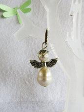 Orecchini Angioletti,angeli di perle,orecchini pendenti,orecchini a monachella aperta,perle di fiume,ali in metallo,portafortuna,protezione, angelo custode