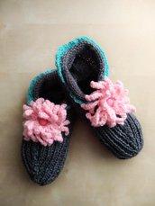 pantofole babbucce calze in lana fatte a mano con fiori all'uncinetto  - calze casa - calze ai ferri