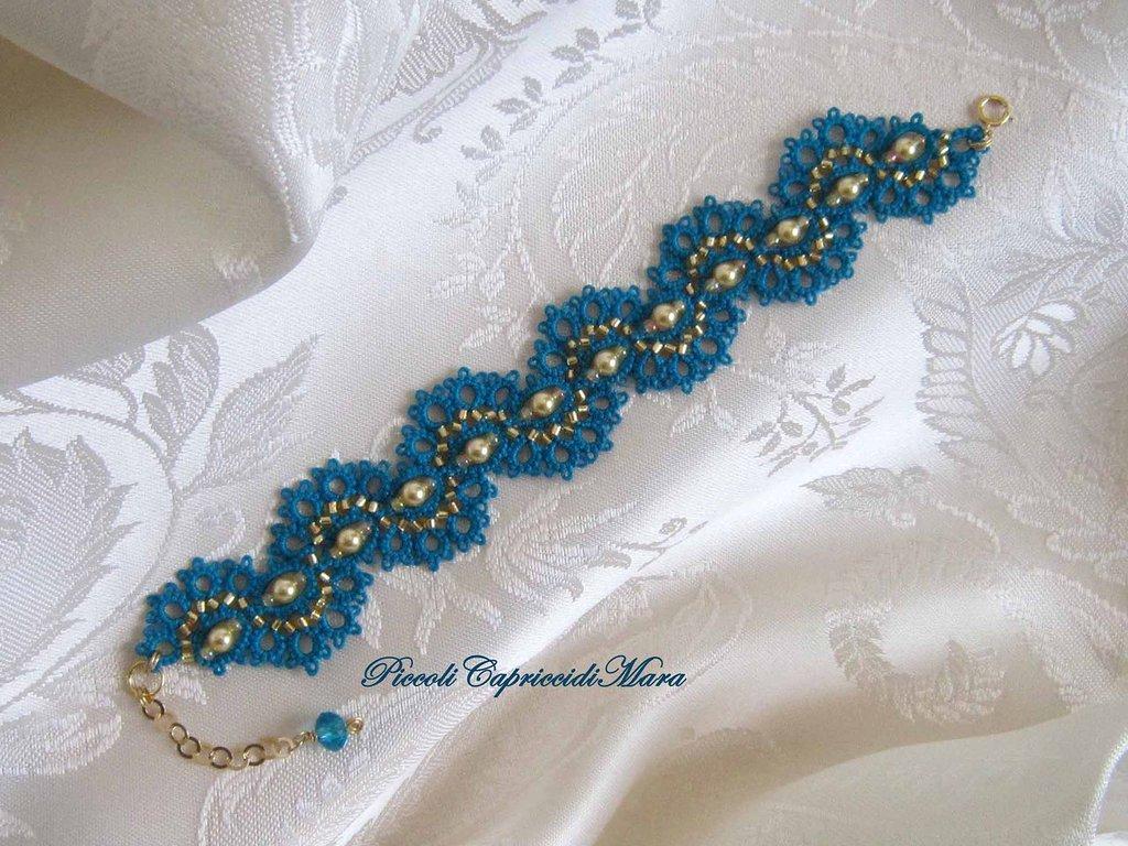 Bracciale azzurro al chiacchierino, perle e perline dorate