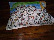 Cuscino ricamato e dipinto a mano