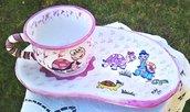 Tazza colazione con piatto a fagiolo di ceramica con tartarughe decorate  nelle tonalità  del rosa