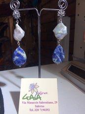 Orecchini con perla scaramazza irregolare e goccia in sodalite, monachella in argento rodiato