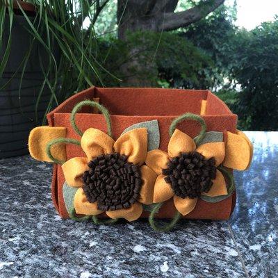 Cestino in feltro marrone con girasoli