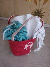 Per  l'estate della vostra bambina una graziosa borsetta  colorata contenente una spugna ed un asciugamano