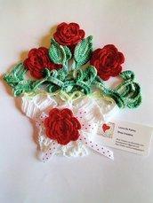 Centrino uncinetto in cotone bianco con rose rosse e foglie verdi