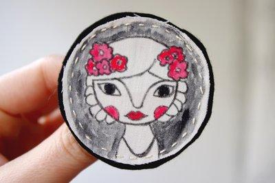 Broche de tela ilustrado