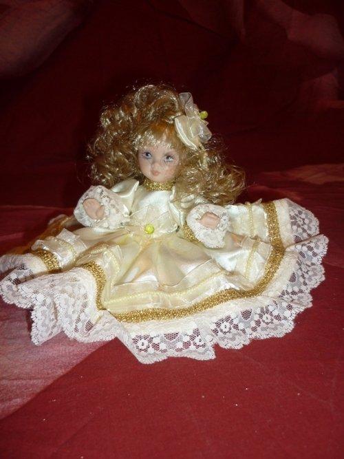 """Bambola in porcellana con perline cucite a mano """"Alice"""""""