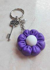 Portachiavi fiore viola e charm chiave in fimo