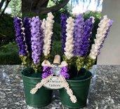 Vasi di latta con fiori di feltro