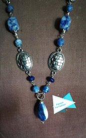 Collana lunga a V con sodalite blu e radice di zaffiro
