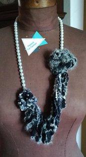 Collana asimetrica  con filo di perle e filato