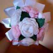 Bouquet di rose ad uncinetto bianche e rosa idea regalo