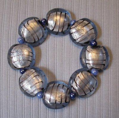 Bracciale elastico con perle in vetro azzurre