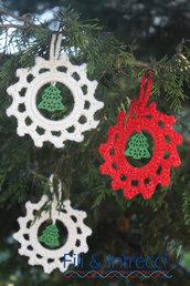 decorazione natalizia fatta a mano all'uncinetto per albero con ciondolo di legno