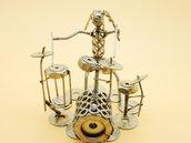 batterista batteria percussioni  acciaio figurapercussionista bonghi in acciaio scultura tamburo art metal arte del riciclo riciclato